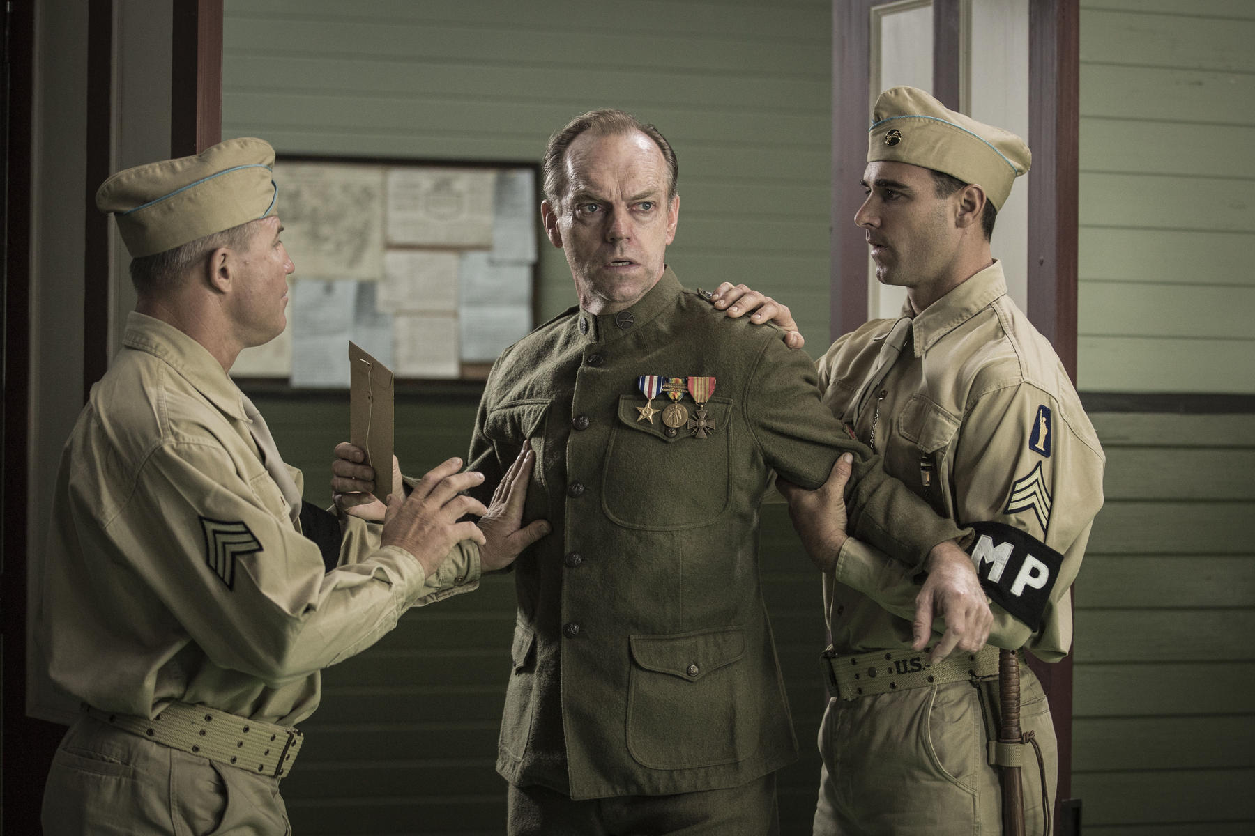 hacksaw-ridge-mit-hugo-weaving