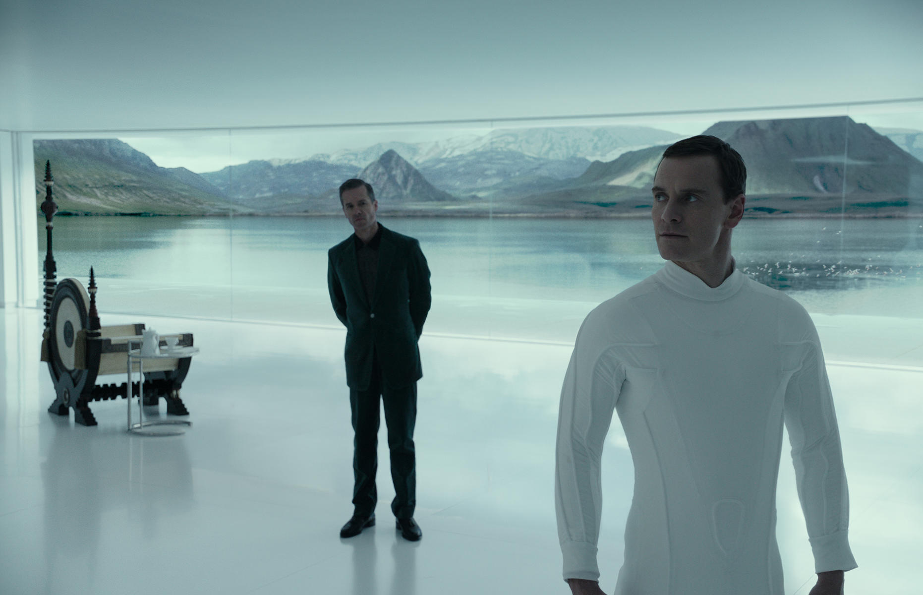 alien-covenant-mit-michael-fassbender-und-guy-pearce