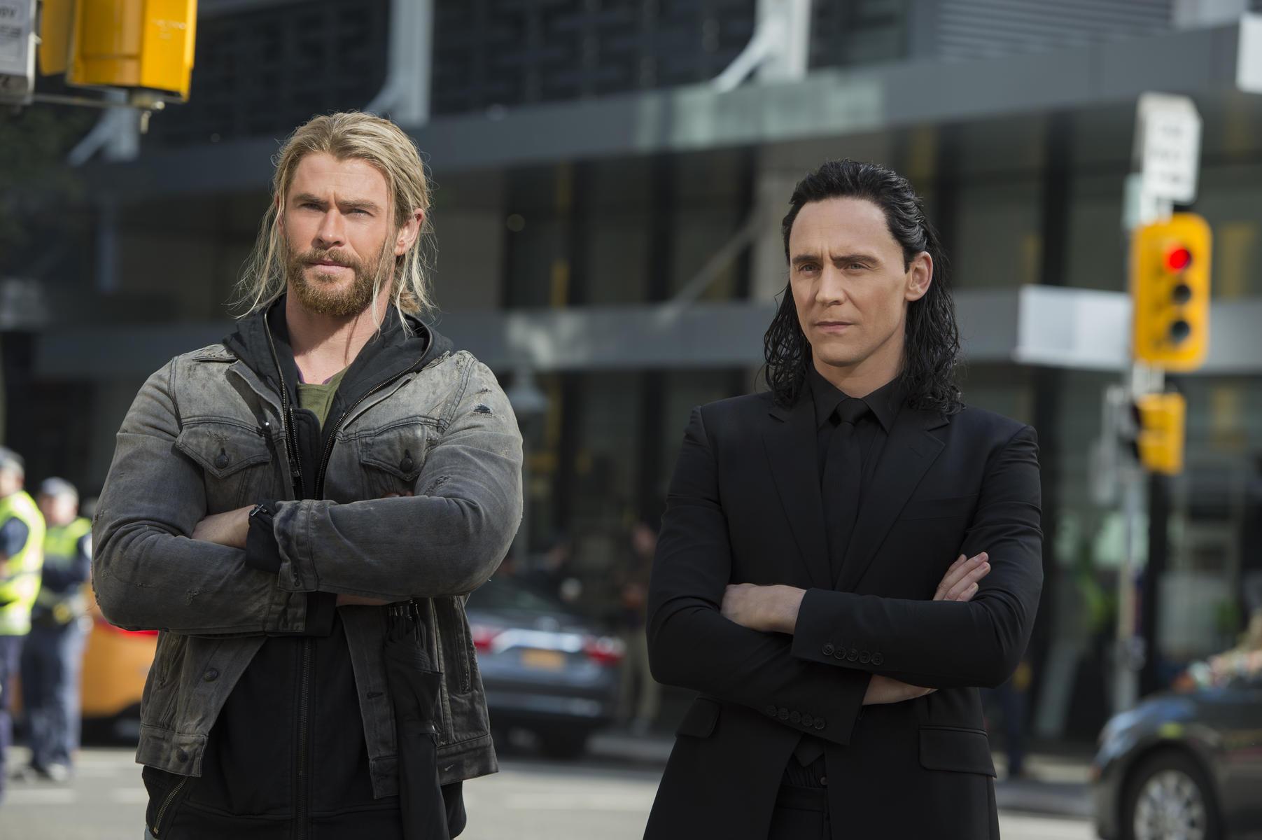 thor-3-tag-der-entscheidung-mit-tom-hiddleston-und-chris-hemsworth
